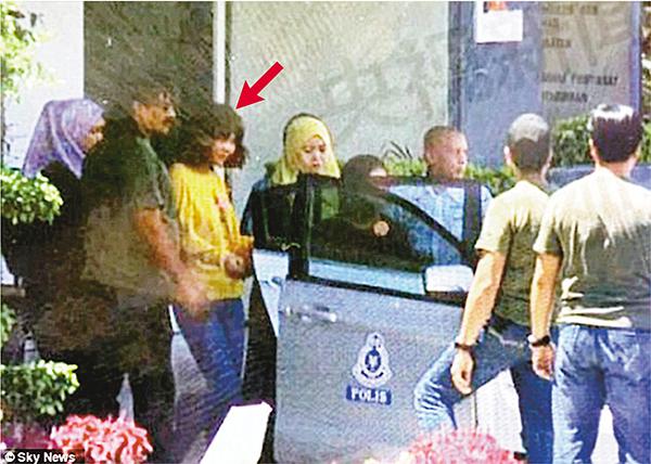 ■持越南護照的女疑兇(箭嘴示)被押上車。 路透社