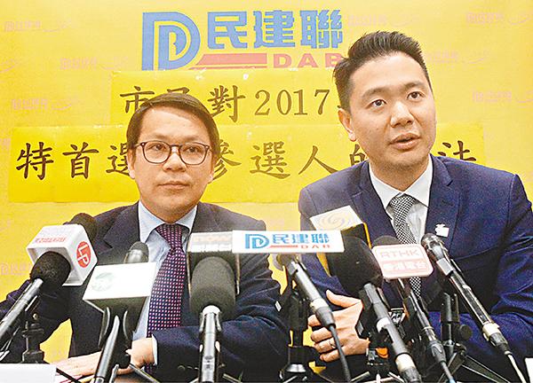 ■陳克勤與周浩鼎昨於記者會上公佈民調結果。梁祖彝  攝