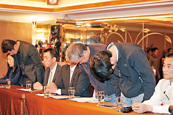 ■蝶戀花旅行社創辦人周比蒼(右3)父子昨日舉行道歉記者會。   中央社