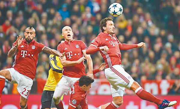 ■拜仁前中後場球員洛賓(中)、維達爾(左)和曉姆斯(右)。  法新社