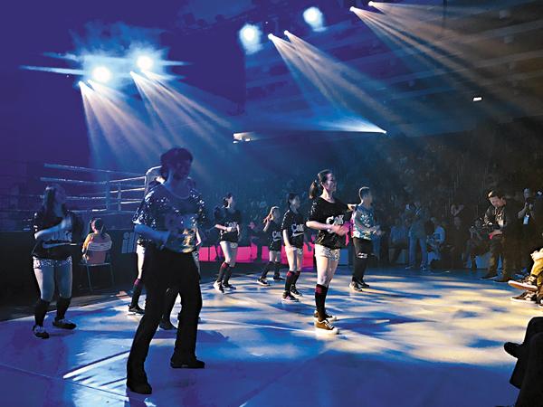 ■中國香港排舞運動總會的代表為比賽助興。郭正謙  攝