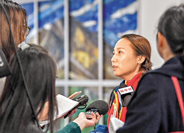 ■短道速滑教練李琰(右二)接受媒體採訪。 新華社