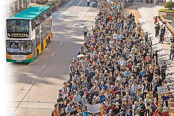 ■香港社會各界多個團體昨日發起撐警大遊行,有3,500名市民參加。法新社