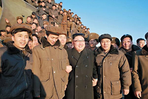 ■金正恩親自指導地對地中遠程戰略彈道導彈試射。 資料圖片