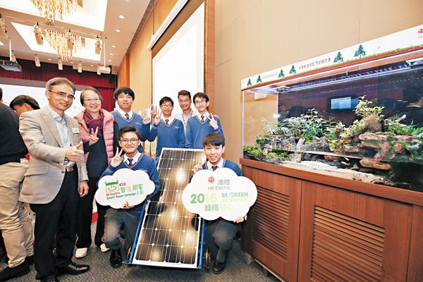 ■比賽當日,同學與太陽能生態缸流動展覽車合照。 作者供圖