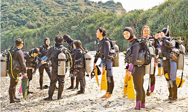 ■學生出發前參加潛水訓練。 城大供圖