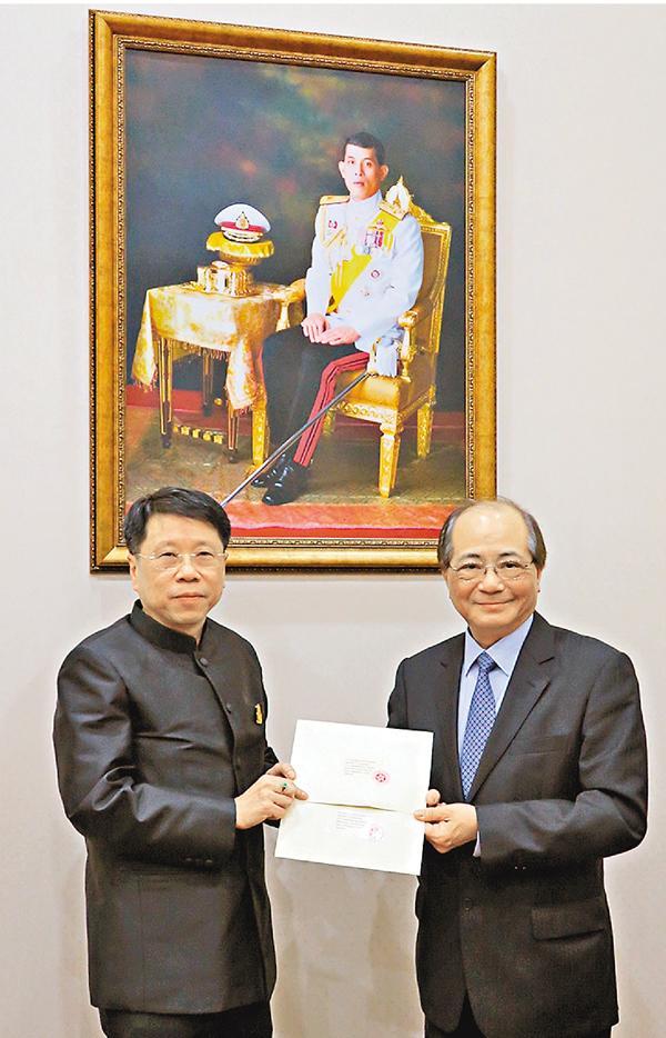 ■吳克儉(右)在泰國曼谷與泰國教育部部長會面。