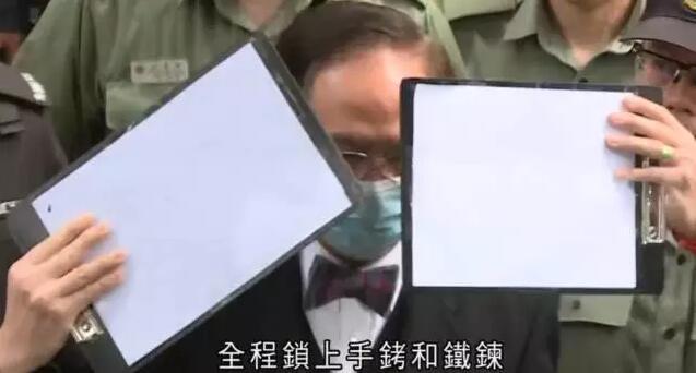 22日,曾蔭權在懲教署人員押解下抵達高等法院(視頻截圖)
