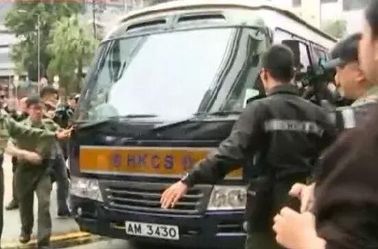 22日,曾蔭權由囚車送抵高等法院(視頻截圖)