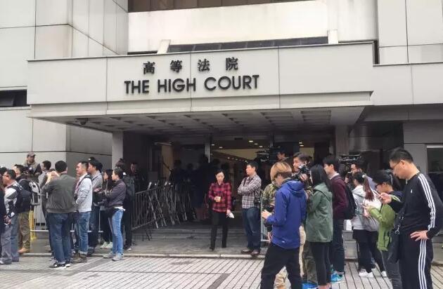 22日上午,大批記者在香港高等法院外等候曾蔭權案宣判結果(記者呂高薇攝)