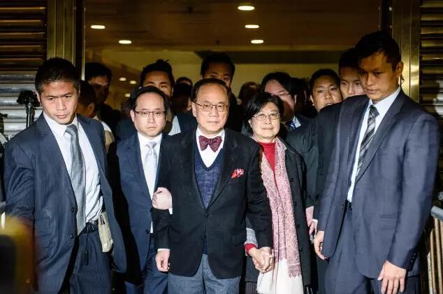 17日,曾蔭權與家人一起步出香港高等法院(資料圖片)