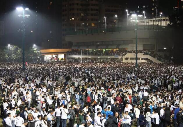 晚上7時左右,出席者已坐滿整個球場(記者麥鈞傑攝)