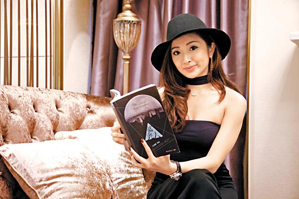 ■Sarah第一本小說《藍光人》於大學期間寫成。