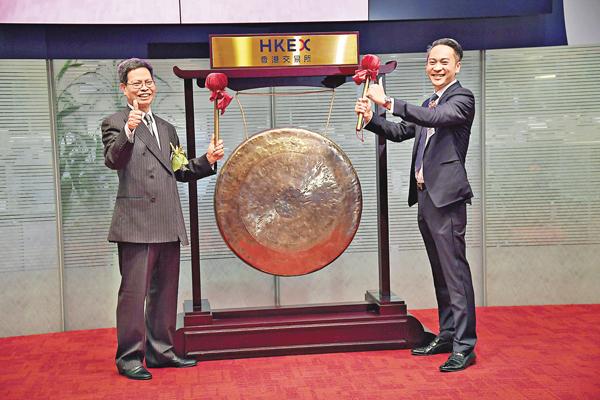 ■駿傑集團控股主席莊峻岳(右)帶領公司上市半日即遭停牌。該公司指,正就恢復股份買賣尋求意見。資料圖片