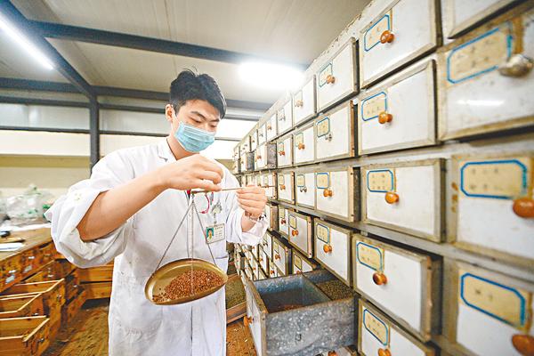 ■中科院證實接近200種中藥植物是中風治療的常用藥。圖為揚州市中醫院的醫生在配製藥方。 資料圖片