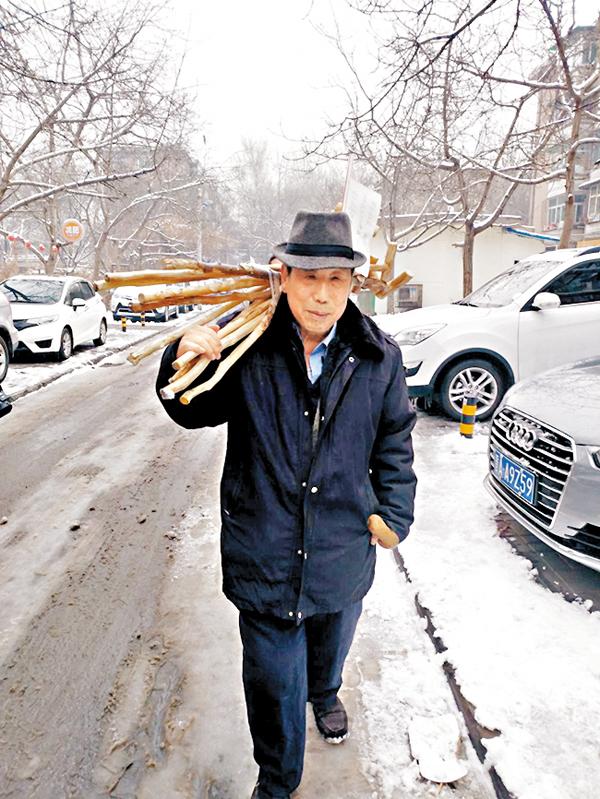 ■每逢下雨或下雪,邊銀良都會將柺杖放到車站前供人取用。 網上圖片