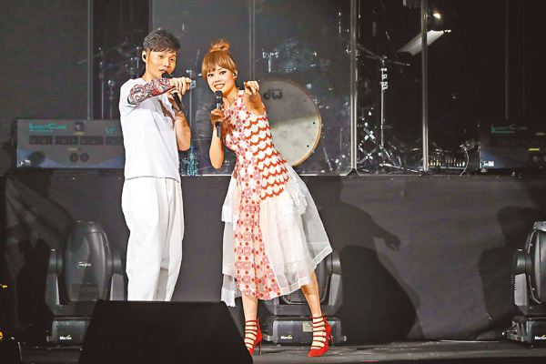 ■李榮浩(左)前晚在紅館開騷,容祖兒驚喜現身和他合唱。