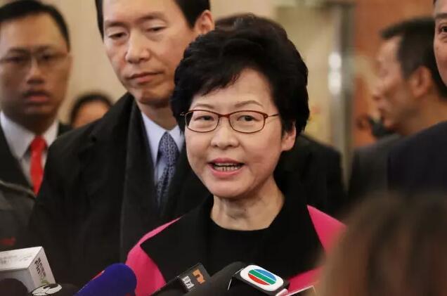 林鄭遞交提名表後接受記者採訪(記者劉曉宇攝)