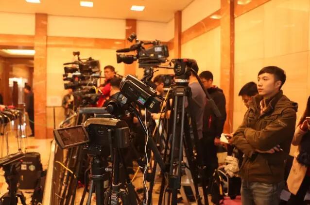 傳媒守候在現場,等待林鄭遞交提名表(記者劉曉宇攝)