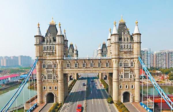 ■蘇州山寨版「倫敦塔橋」。 網上圖片