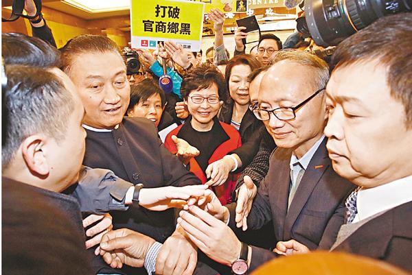 ■林鄭月娥報名參選特首後遇示威,仍淡定應對。劉國權  攝