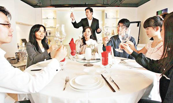 ■不少港人學習西方餐桌禮儀。 資料圖片