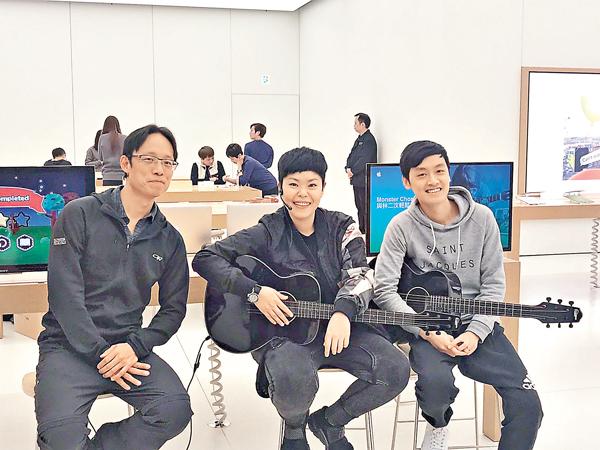 ■左起:Outblaze創辦人蕭逸、流行歌手林二汶及本地音樂人兼作曲家鄺梓喬。 莊程敏  攝