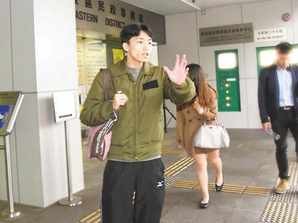 ■楊逸朗去年就縱火案到法院應訊後獲准保釋離去。 資料圖片