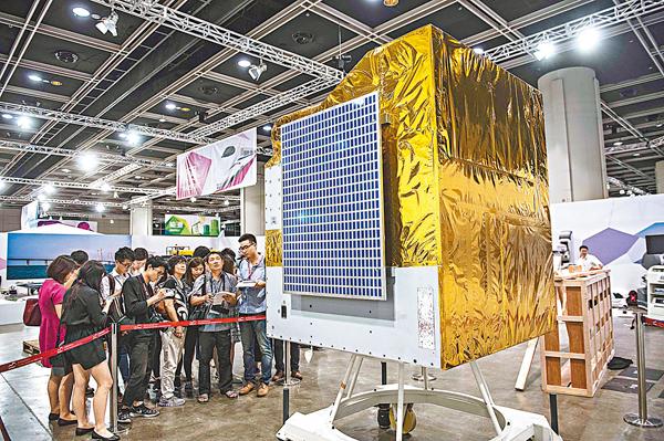 ■兩地通過科技合作,激發香港年輕一代對科技創新的興趣。圖為香港市民參觀來自內地的40多項尖端科技成就。 資料圖片
