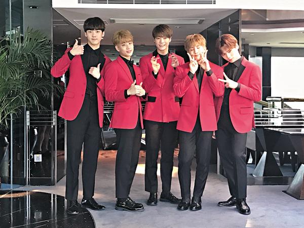 ■左起:產賀、MJ、文彬、JinJin及Rocky齊接受訪問。 梅馨文  攝