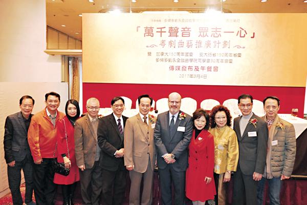 ■劉永全師傅、籌委會主席姜張麗青與紅伶及評審團部分成員會見記者。