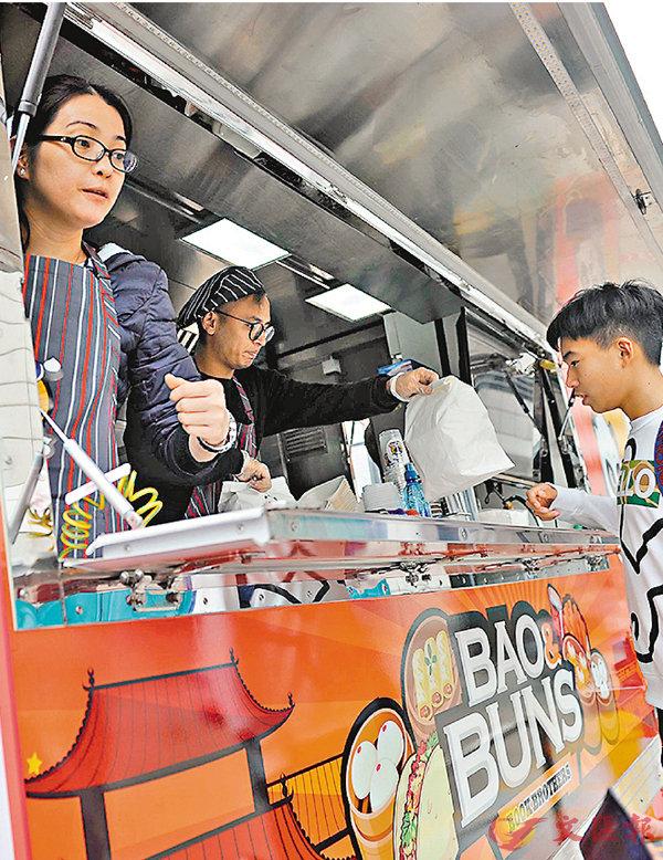 ■「大師兄」美食車停泊於灣仔金紫荊廣場。 資料圖片
