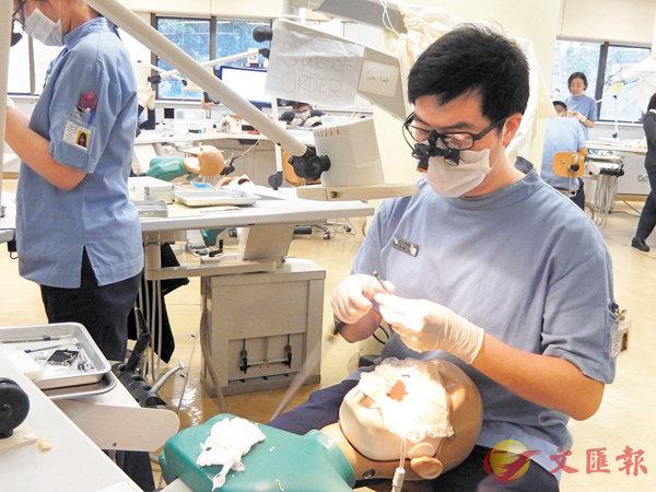 ■QS世界大學學科排名出爐,港大牙醫學排名第一。圖為港大牙醫學院學生利用假人練習。 資料圖片