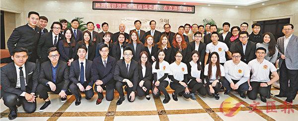 ■9位港區全國政協委員昨日與在京港生舉行座談會,分享各自的成功經驗。 麥鈞傑 攝
