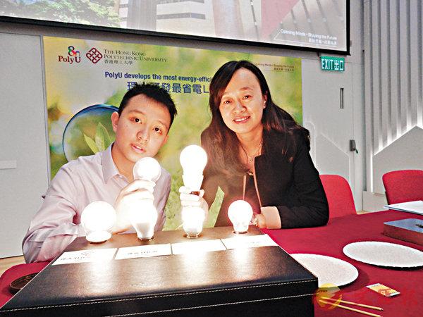 ■趙崇智(左)在杜雪的指導下,研發出最省電的LED燈絲燈。 黎忞  攝