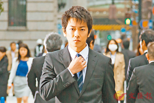 ■佐藤健穿起西裝感慨多多。