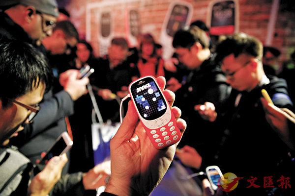 ■新版諾基亞3310保留當年大熱的「貪食蛇」遊戲。 路透社