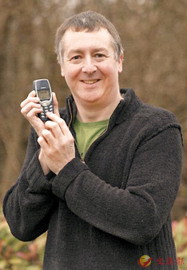 英國退伍老兵Dave Mitchell使用的諾基亞3310經典神機,一用就是17年。 Mail Online