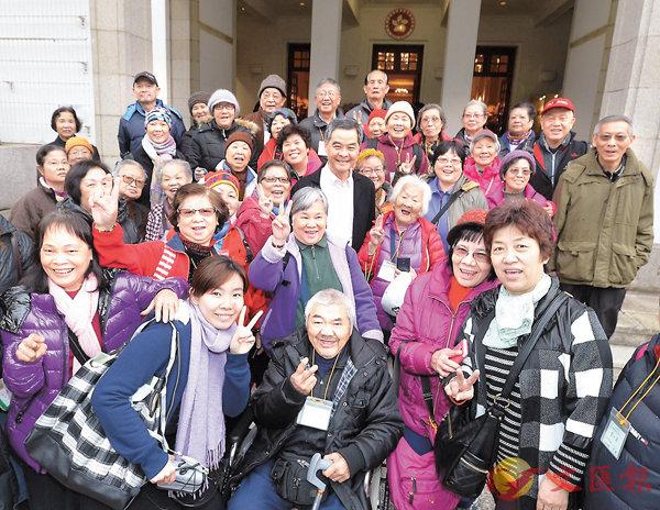 ■去年初,特首梁振英邀請逾900名長者及殘疾人士到禮賓府參觀。 資料圖片