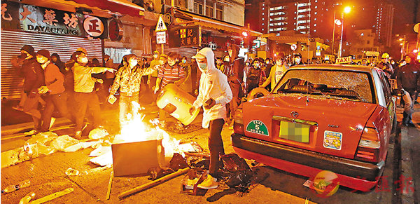 ■旺暴案當晚有示威者在一輛的士旁焚燒雜物。 資料圖片