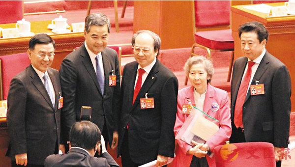 ■日前梁振英當選全國政協副主席,在主席台上接受委員們的祝賀。 資料圖片
