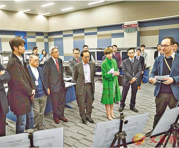 ■立法會議員聽取民航處代表簡介空管雷達模擬器操作。