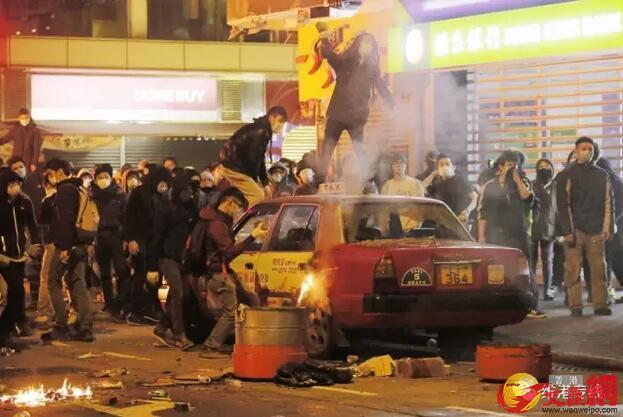 旺角暴亂,有暴徒用磚頭砸毀停泊在路邊的士及大肆破壞(資料圖片)