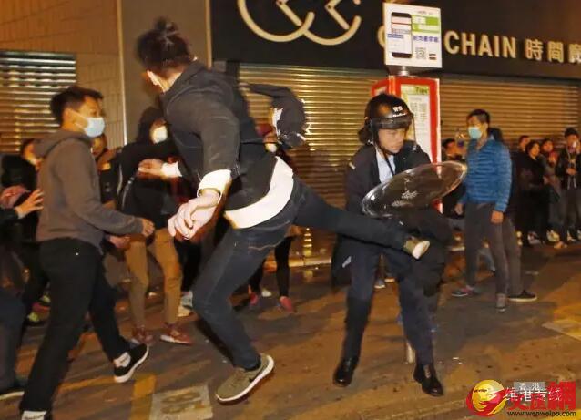 旺角暴亂中,暴徒不斷挑釁警方,有人飛身踢向警員(資料圖片)