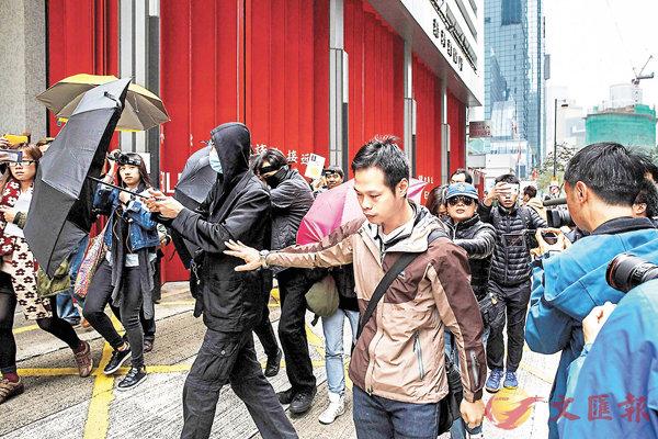 ■回歸後首宗港人被控暴動罪個案,吸引大批記者在區域法院門外採訪。法新社