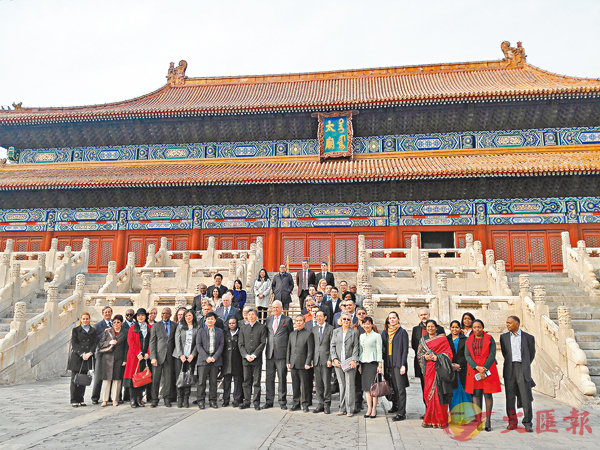 ■來自「一帶一路」沿線30多國的駐華使節、近60位高級外交官共享中華傳統文化之美。  記者朱燁 攝