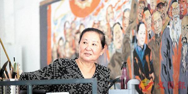 ■江碧波為了讓年輕人了解五千年中華文化的優良歷史,特別創作由200幅國畫組成的巨型組畫。圖為她在工作室裡進行創作。