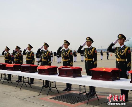 資料圖:2016年3月31日,中韓雙方在韓國仁川國際機場莊嚴舉行第三批在韓中國人民志願軍烈士遺骸交接儀式,交接36位中國人民志願軍烈士遺骸及相關遺物。 中新社