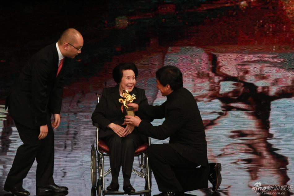 2015年11月21日,第52屆金馬獎頒獎典禮於在台灣舉行,李麗華獲終生成就獎,成龍跪地為其頒獎。攝影/視覺中國