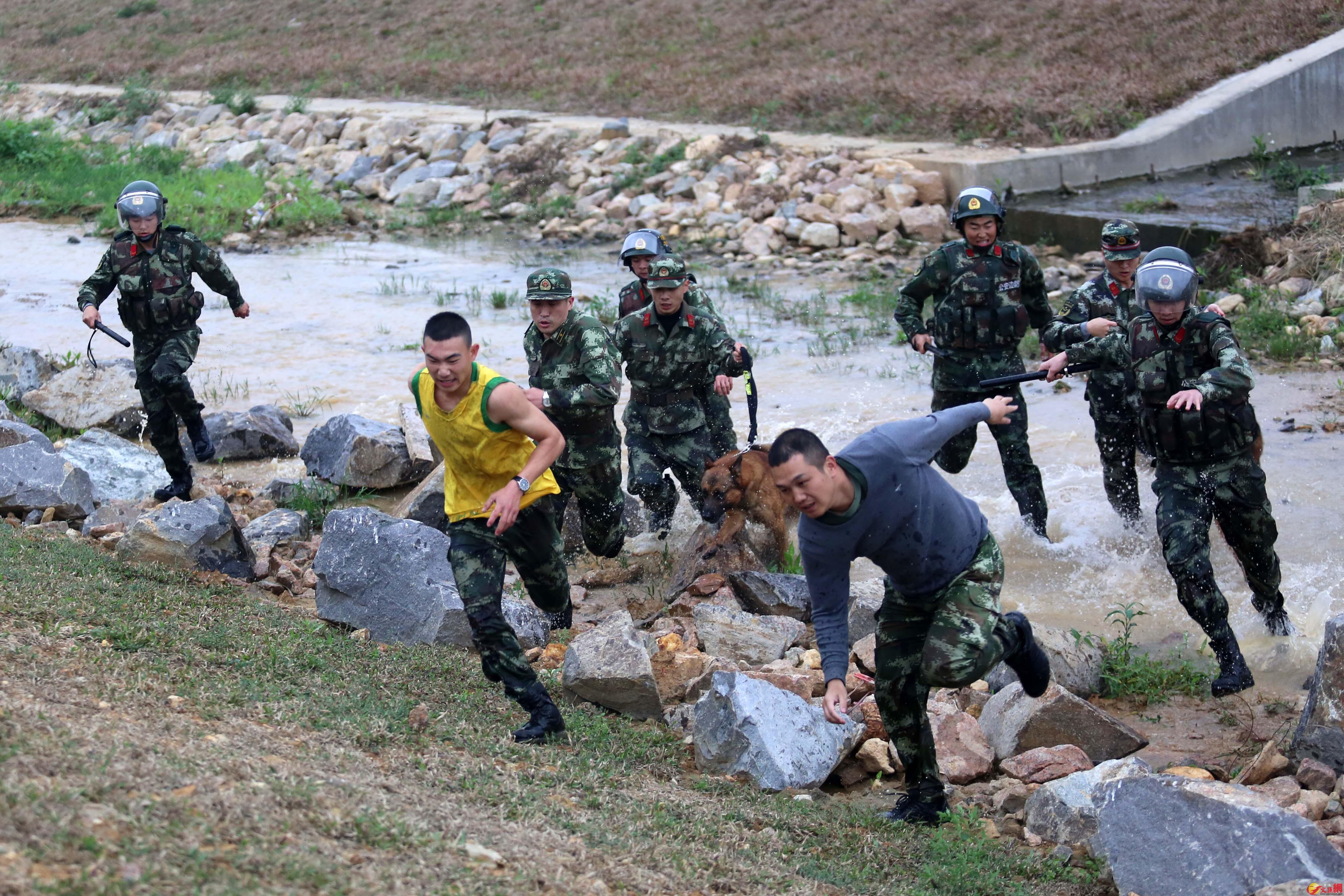 不法分子在界河裡四處逃竄,深港警方展開抓捕。記者 郭若溪攝